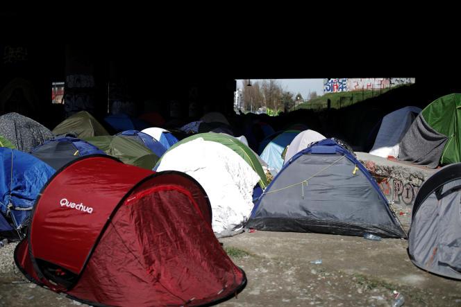 «Les organisations mafieuses d'Europe du Sud ou d'Afrique saharo-sahélienne prospèrent grâce à la rente artificielle que leur procure la prohibition de l'immigration.» (Tentes appartenant à des migrants, près du canal Saint-Denis, à Paris, le 6avril.)