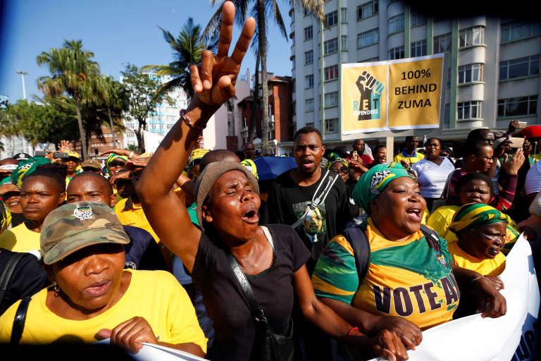 Des partisans du président Jacob Zuma à Durban, vendredi 6 avril 2018.