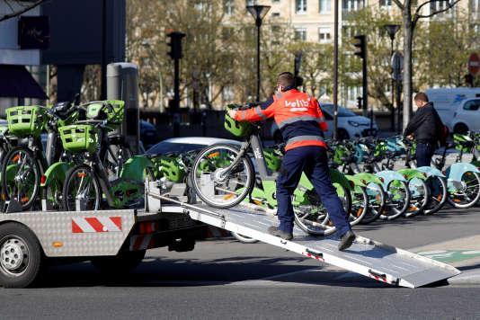 Un employé de Vélib' Métropole charge des bicyclettes d'une station à Paris, le 6 avril.