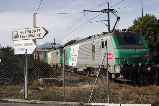 Le plus grand train de fret de France, long de 850 mètres, en janvier 2012.