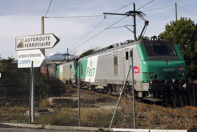 Le plus grand train de fret de France, long de 850mètres, en janvier2012.