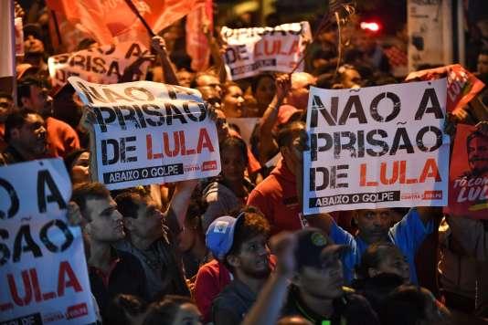 Des supporteurs de l'ancien président brésilien Lula manifestent contre sa possible incarcération, le 6 avril, àSao Bernardo do Campo dans l'Etat de Sao Paulo.