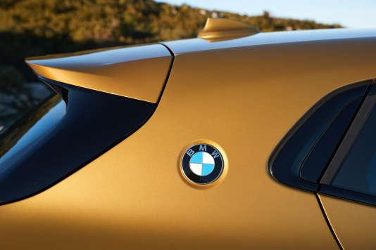 Le logo qui orne la custode du nouveau X2 de BMW.