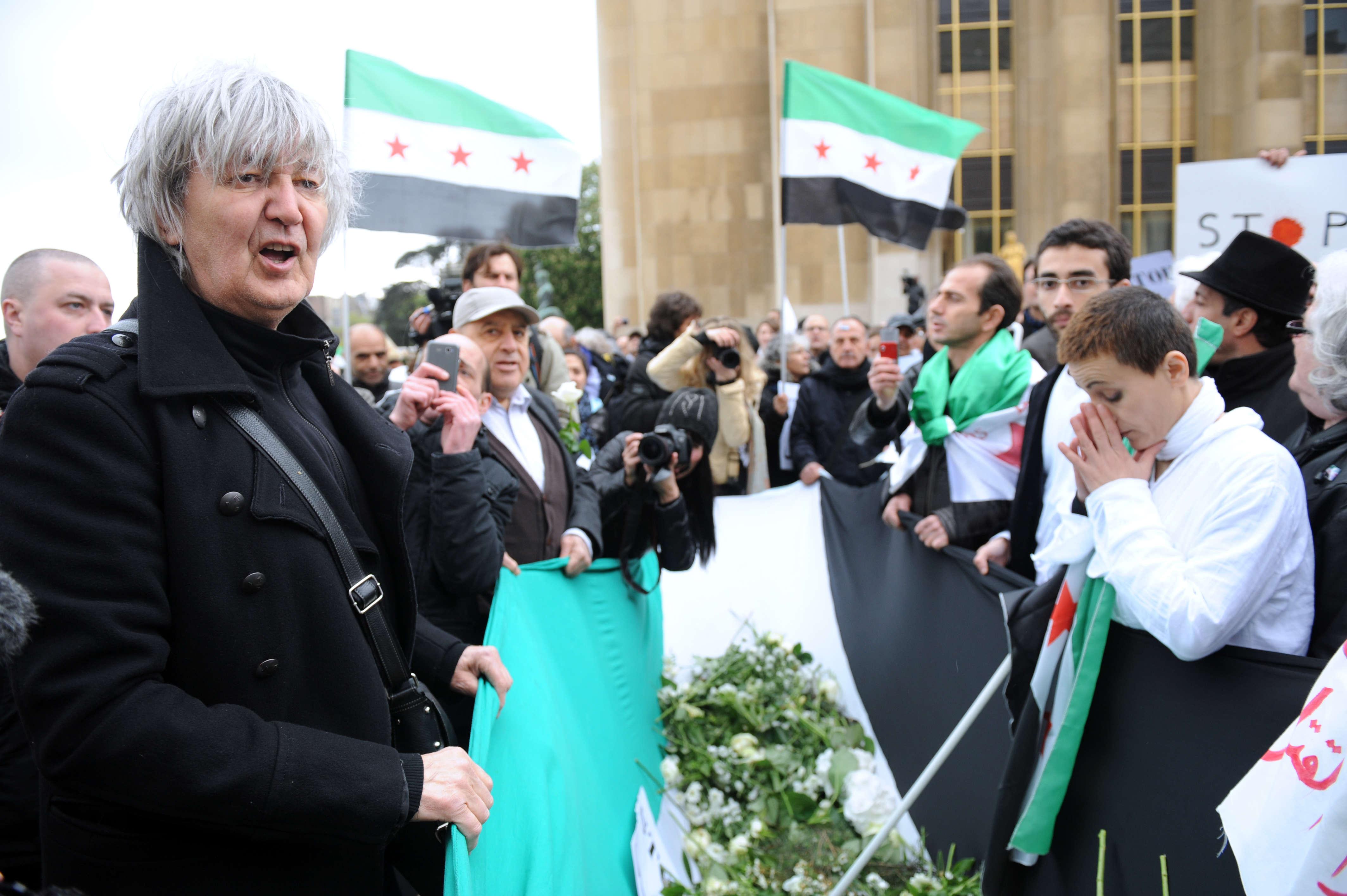 Jacques Higelin participe à la campagne White Wave pour protester contre la violence en Syrie, le 17 avril 2012 sur la place du Trocadéro à Paris.