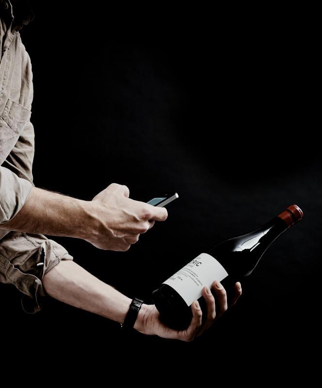 En prenant l'étiquette de la bouteille en photo, Vivino vous donne toutes les informations sur le cépage, le pedigree du raisin, mais aussi les notes des autres utilisateurs, les commentaires des connaisseurs et le prix.