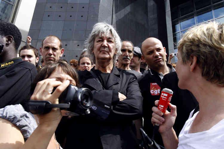 Lors d'une manifestation de soutien à des travailleurs immigrés clandestins, le 6 juin 2010 devant l'Opéra Bastille à Paris.