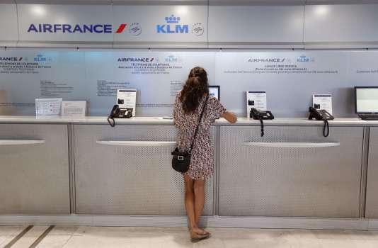 Au comptoir Air France de l'aéroport de Nice.