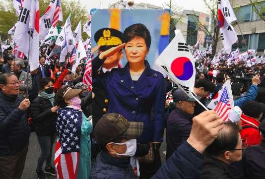 Des dizaines de soutiens de l'ex-présidente coréennePark Geun-hye ont manifesté devant le tribunal de Séoul, le 6 avril.