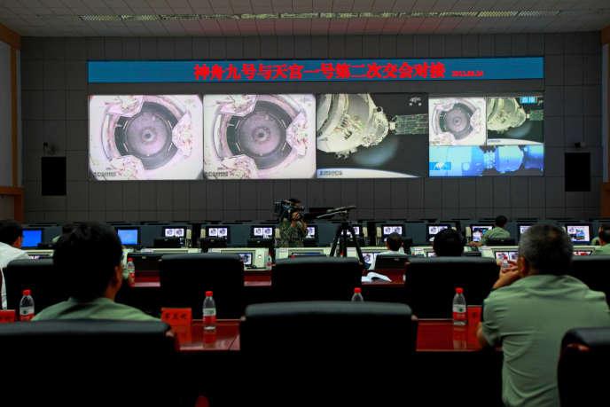 Des ingénieurs chinois au centre spatial de Jiuquan, le 24 juin 2012.