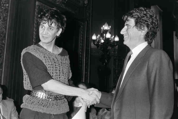 Jacques Higelin (à gauche) serre la main du ministre de la culture, Jack Lang, en décembre1983, à l'Opéra de Paris, lors d'une cérémonie de remise de prix. L'artiste s'est vu décerner le grand prix de la chanson.