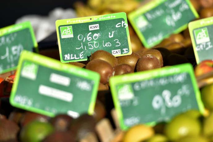 Des kiwis vendus avec le label Agriculture biologique, à Nantes, en novembre 2017.