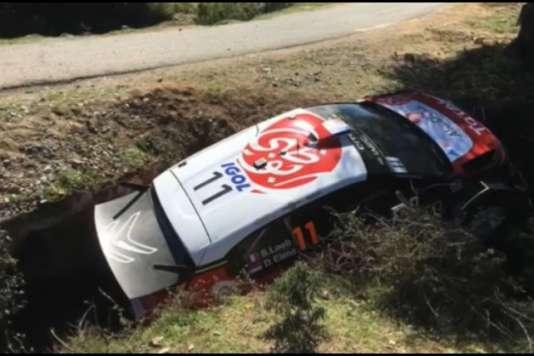 La C3 WRC de Sébastien Loeb et Daniel Elena dans le fossé après que le pilote français a perdu le contrôle de sa voiture au début de la 2 spéciale du Tour de Corse le 6 avril au matin.