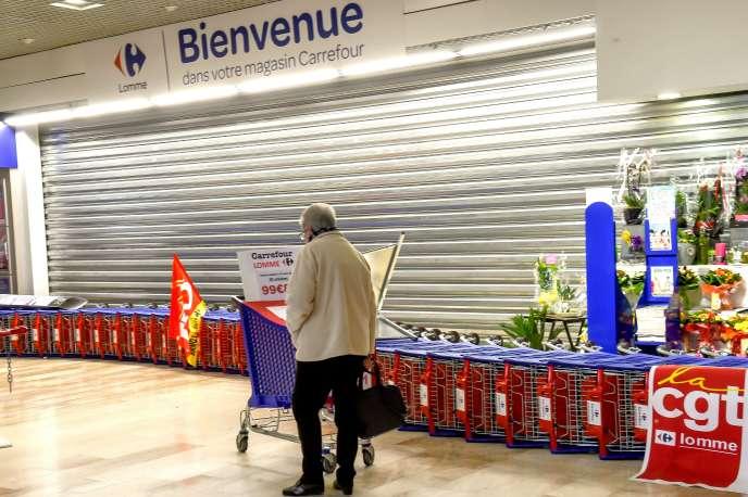Devant l'entrée du Carrefour de Lomme, près de Lille, le 31 mars.