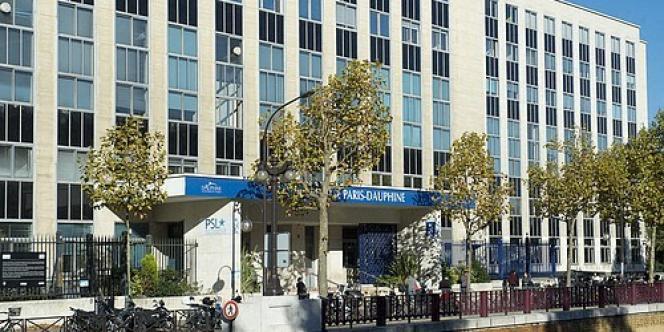 Entrée de l'Université Paris-Dauphine, boulevard Lannes, à Paris. Dauphine propose une cinquantaine de diplômes accessibles à des professionnels (masters, MBA) et forme à de nouveaux métiers, comme le big data, la conformité, la consolidation financière.