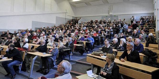 A Nantes, une conférence en ampithéâtre de l'université permanente inter-âges. Les seniors constituent de «13 à 14 % des effectifs de la formation continue universitaire», selon la Conférence des directeurs des services universitaires de formation continue. Soit quelque 60 000 stagiaires chaque année.
