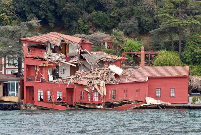 Ce spectaculaire accident s'est produit sous le pont Fatih Sultan Mehmet.
