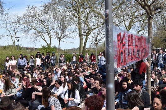 Environ 300 étudiants étaient rassemblés, vendredi 6 avril, devant le site des Tanneurs bloqués depuis mardi.
