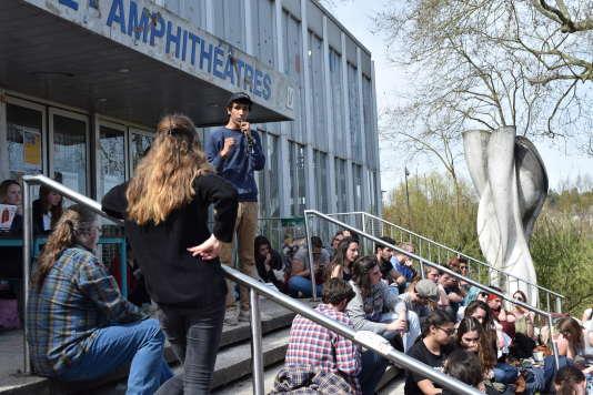 Un membre du collectif à l'origine de la mobilisation explique les raisons du mouvement de blocage, alors que les étudiants sont venus voter pour ou contre celui ci.