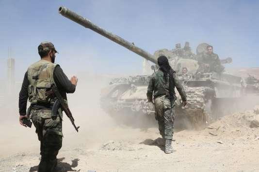 Des forces prorégime avancent en direction de Douma, dans la Ghouta orientale, le 7avril.