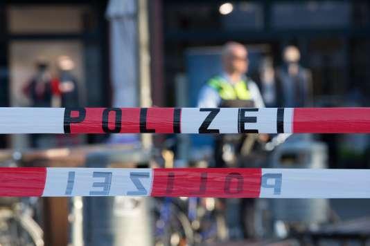 La police dans la rue où une camionnette-bélier a foncé sur la foule, le 7 avril à Münster, en Allemagne.