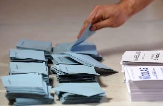 Bulletins de vote pour le second tour des élections législatives, à Carhaix-Plouguer (Finistère), le 18 juin 2017.