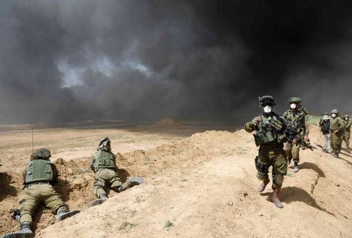 Les soldats isréliens à la frontière israélo-palestinienne à la hauteur du kibboutz de NahalOz, le 6avril.