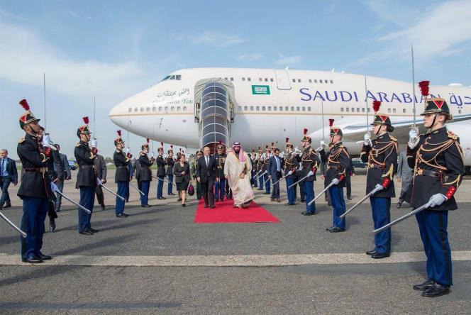 Le prince héritier saoudien, Mohammed Ben Salman, le 8 avril 2018 au Bourget (Seine-Saint-Denis), accueilli par le ministre français des affaires étrangères, Jean-Yves Le Drian.