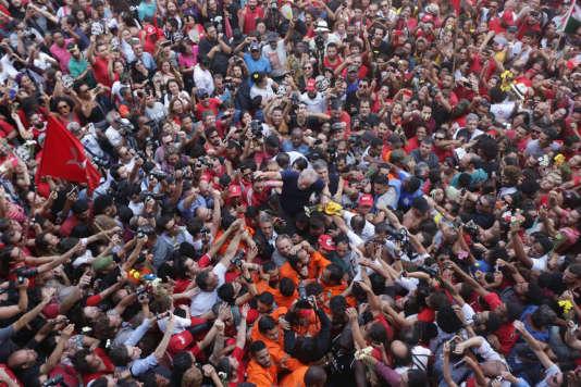 L'ex-président brésilien Luiz Inacio Lula da Silva entouré par ses supporteurs près de Sao Paulo, le 7 avril 2018.