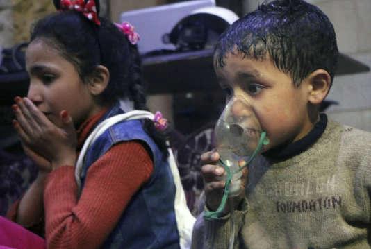 Une image diffusée par les casques blancs syriens d'enfants recevant une assistance respiratoire à Douma dimanche 8 avril.
