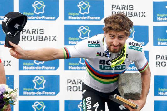 Après une attaque à 55 km de l'arrivée, Peter Sagan s'est imposé au sprint dans le Vélodrome de Roubaix.