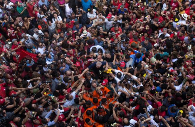 Lula, entouré de ses partisans, au siège du syndicat des métallurgistes, à Sao Bernardo do Campo, près de Sao Paulo, le 7 avril.