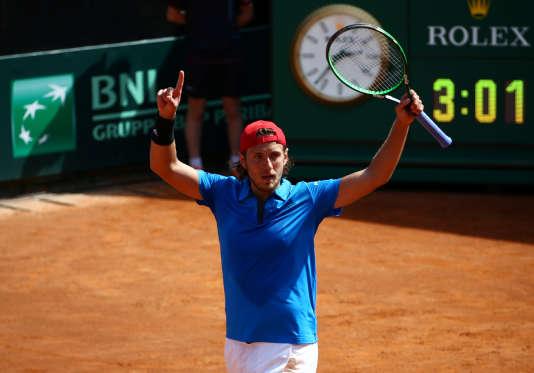 Lucas Pouille bat l'Italien Fabio Forgnini le 8 avril et permet à la France d'accéder aux demi-finales de la Coupe Davis en septembre. TONY GENTILE / REUTERSEn savoir plus sur http://www.lemonde.fr/tennis/article/2018/04/08/coupe-davis-lucas-pouille-envoie-la-france-en-demi-finale_5282493_1616659.html#ex8ksegmX3J8p3De.99