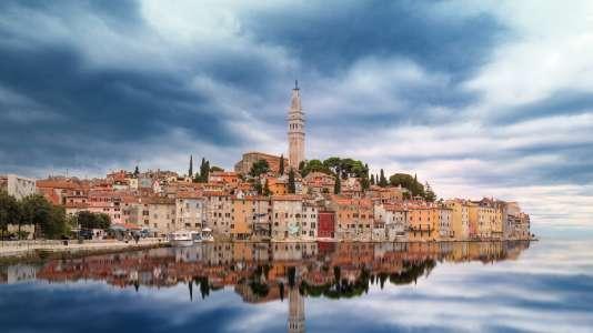 Rovinj en Istrie, dominé par son campanile vénitien.