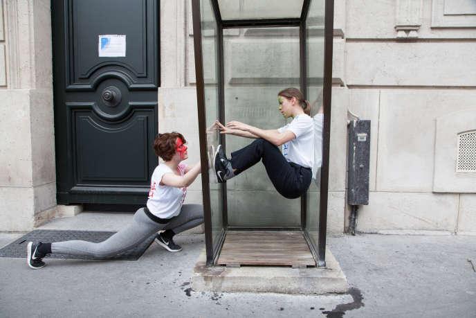 Le «dancewalk» du chorégraphe suisse «Foofwa» dans les rues de Paris, samedi 7 avril.