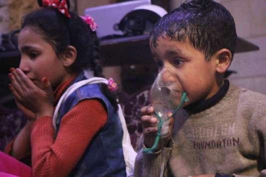 Image fournie par les casques blancs syriens d'enfants pris en charge après une attaque sur Douma, dans la banlieue de Damas, le 7 avril.