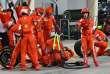 Le mécanicien Ferrari blessé par Kimi Räikkönen en sortant des stands reçoit les premiers soins, le 8 avril sur le circuit Sakhi de Bahreïn.
