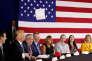 Le président Donald Trump jette en l'air une feuille de papier où figuraient ses notes, à White Sulphur Springs, en Virginie occidentale, le 5 avril.