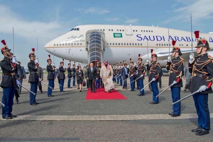 Le ministre des affaires étrangères Jean-Yves Le Drian accueille le prince héritier d'Arabie saoudite, au Bourget, le 8 avril.