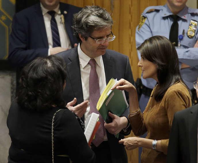 L'ambassadeur français, François Delattre (à gauche), et l'ambassadrice états-unienne, Nikki Haley, auprès de l'Organisation des Nations unies, à New York, le 9 avril.