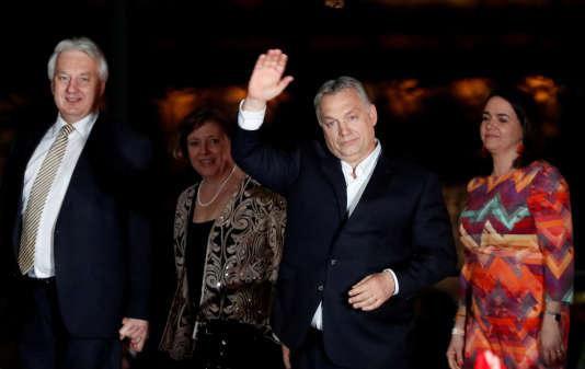 Viktor Orban salue ses partisans, à Budapest, le 8 avril.