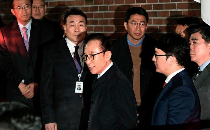 Maire de Séoul entre 2002 et 2006, puis président de 2008 à 2013, Lee Myung-bak est aujourd'hui âgé de 76 ans.