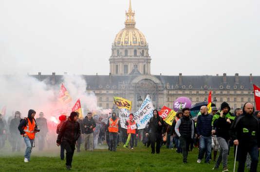 Des manifestants contre la réforme de la SNCF, sur l'esplanade des Invalides à Paris, lundi 9 avril.