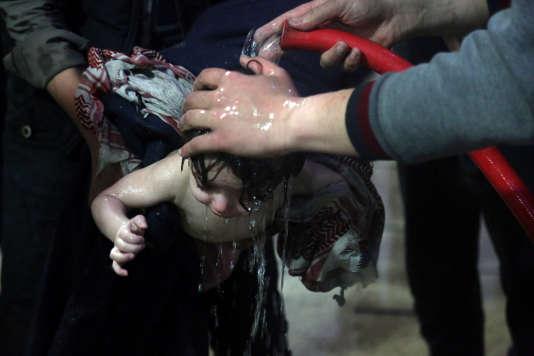 Un enfant est traité après une probable attaque chimique à Douma, à l'est de la Ghouta, près de Damas, le 7 avril, sur une image fournie par les « Casques blancs».