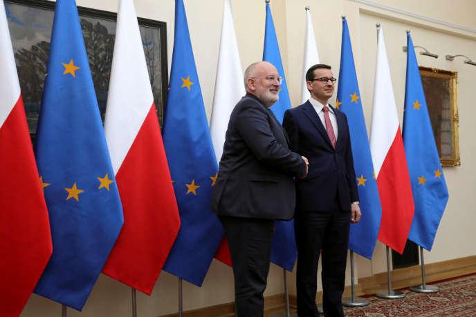 Frans Timmermans (à gauche), le vice-président de la Commission européenne, avecMateusz Morawiecki, le chef du gouvernement polonais, à Varsovie, le 9 avril 2018.
