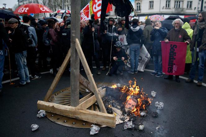 Un mannequin à l'effigie de Macron brûlé lors d'une manifestation, à Nantes, samedi 7avril.
