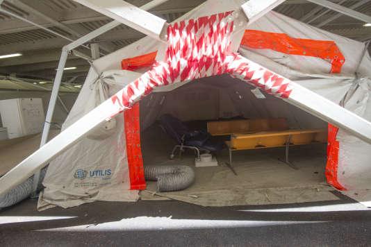 Les tentes dressées à l'entrée des urgences pour les patients en attente d'une chambre après leur passage aux urgences auCHU de Pointe-à-Pitre, en mai 2017.