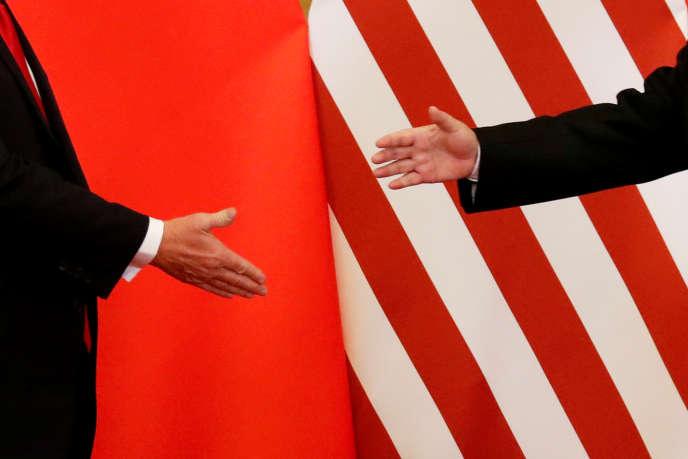 Poignée de mains entre les présidents chinois, Xi Jinping, et américain, Donald Trump, à Pékin, le 9 novembre 2017.