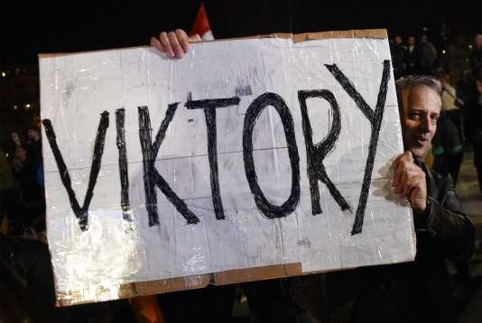 Un partisan de Viktor Orban célèbre la victoire électorale du parti du premier ministre sortant, à Budapest, le 8 avril.