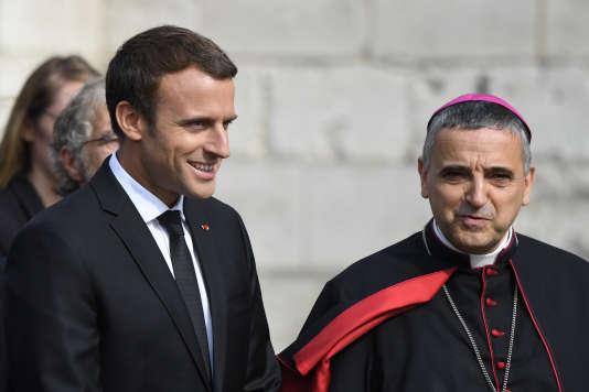 Emmanuel Macron et Dominique Lebrun, archevêque de Rouen, lors du premier anniversaire de l'assassinat du prêtre Jacques Hamel, le 26 juillet 2017.