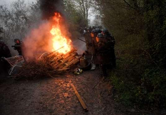 Lors de l'évacuation, par la police, de la ZAD de Notre-Dame-des-Landes (Loire-Atlantique), le 9 avril.